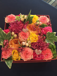 テーブルの上のピンクの花の花束の写真・画像素材[1261555]