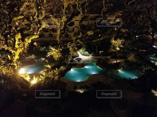 夜のプールの写真・画像素材[1262637]