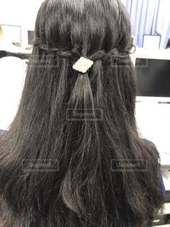 髪を結っている女性の写真・画像素材[1277916]