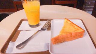 オレンジジュースとケーキの写真・画像素材[1277931]