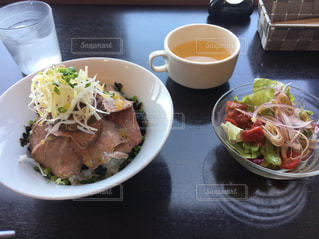 ローストビーフ丼の写真・画像素材[1277934]