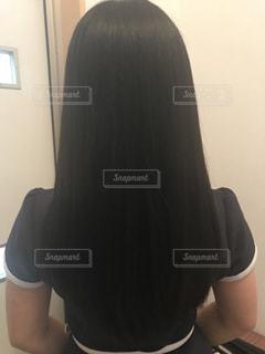 女性の後ろ姿の写真・画像素材[1490562]
