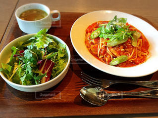 トマトスパゲティとサラダのセットの写真・画像素材[1762644]