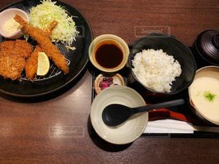 とんかつ&海老フライ定食の写真・画像素材[1829540]
