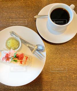 桜ロールケーキと珈琲の写真・画像素材[1838921]