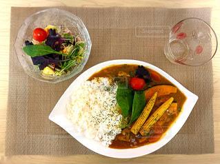 カレーとサラダ(料理)の写真・画像素材[3032363]