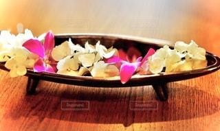 「上諏訪温泉 しんゆ」のロビーにあった、アジアンテイストの花の写真・画像素材[3464064]