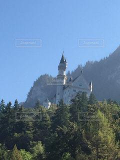 背景の山の塔の写真・画像素材[1261903]