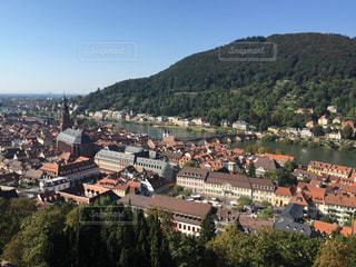 背景の山の大きな建物の写真・画像素材[1261929]