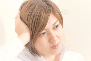 白いシャツを着ている女性の写真・画像素材[1261933]