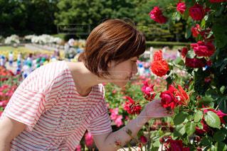 花の前に立っている人の写真・画像素材[1262197]