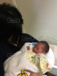 赤ん坊を持っている人の写真・画像素材[1262275]
