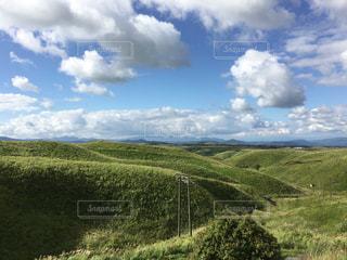 草で覆われた丘の写真・画像素材[1706984]