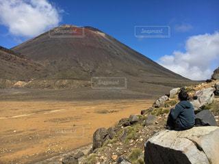 山の前に立っている男の写真・画像素材[1299066]