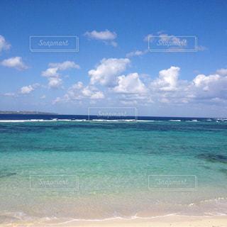 海の横にある砂浜のビーチの写真・画像素材[1362575]