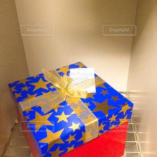 テーブルの上の青と白のボックスの写真・画像素材[1376017]