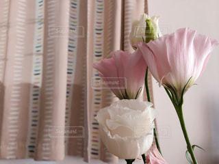 テーブルの上に座っての花で一杯の花瓶の写真・画像素材[1530567]