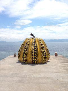 水の体の上に座っている黄色のボートの写真・画像素材[1685742]