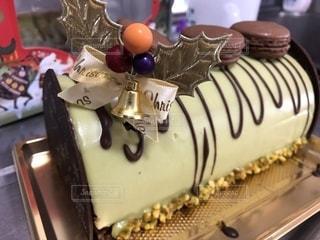 テーブルの上の大きなチョコレート ケーキの写真・画像素材[1687512]