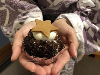 チョコレート ケーキを持つ手の写真・画像素材[1701460]