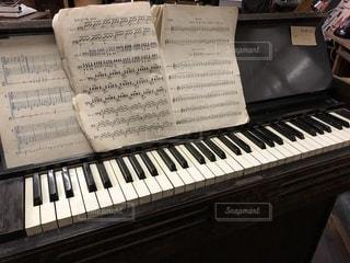 近くにピアノのの写真・画像素材[1741741]