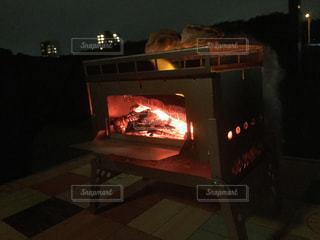 暗い部屋に座って暖炉の写真・画像素材[1264153]