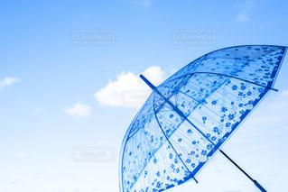 青空も似合う雨傘の写真・画像素材[1561695]