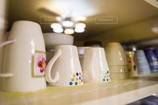 食器棚の中のコップの写真・画像素材[1804114]