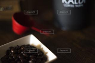 コーヒー豆を挽くの写真・画像素材[1874030]