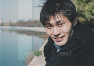 カメラに向かって微笑む男性の写真・画像素材[3269738]