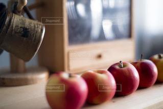 テーブルの赤いリンゴの写真・画像素材[3330219]