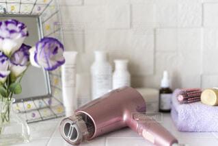 洗面台の上の化粧品の写真・画像素材[4139350]
