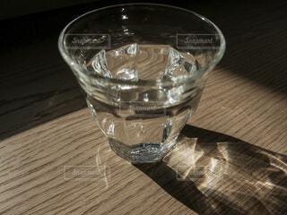 キラキラ光るコップの中の水の写真・画像素材[4168707]