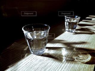 テーブルに置かれた水の写真・画像素材[4168708]