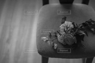 椅子に置かれた花束の写真・画像素材[4773401]