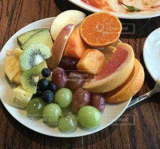 プレートいっぱいのフルーツをどうぞ。の写真・画像素材[1263810]