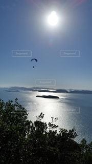 水域で凧を飛ばす人々のグループの写真・画像素材[2711132]