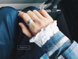 青と白のシャツを持っている手の写真・画像素材[1264614]
