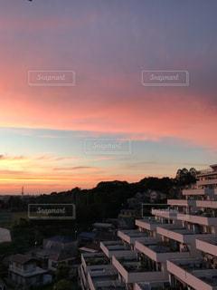 街に沈む夕日の写真・画像素材[1267398]
