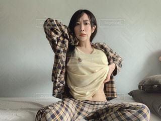 寝起きの恋人とベッドの写真・画像素材[2874656]