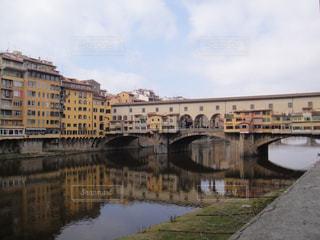フィレンツェの川沿いでの写真・画像素材[1278128]