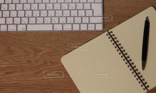 キーボードとメモ帳の写真・画像素材[1290039]