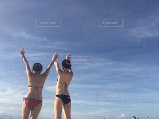 ビーチに立っている人の写真・画像素材[1266536]