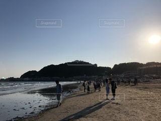水の体の近くのビーチの人々 のグループの写真・画像素材[1267403]