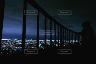 夜景を眺める2人の写真・画像素材[1271585]