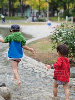 少女がフリスビーで遊んでの写真・画像素材[1267909]