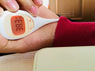 体温計を持つ女性の手の写真・画像素材[1268538]