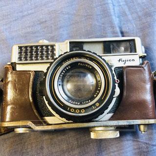 テーブルの上のカメラの写真・画像素材[1585257]