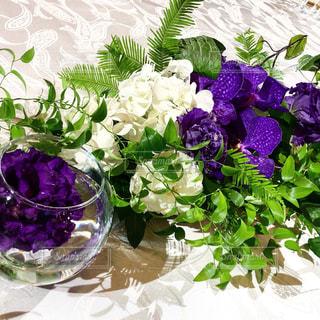 テーブルの上の紫色の花一杯の花瓶の写真・画像素材[1865388]