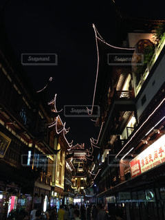 夜の店の前の写真・画像素材[1269430]